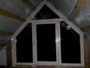 Два трикутних пластикових вікна
